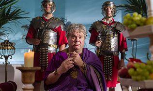 In deze 'historische comedy voor alle leeftijden' ontvangt tv-presentatrice Dorine Goudsmit haar Romeinse gasten 'die al eeuwen dood zijn', zoals Nero, Caesar en Augustus. Samen met hen kijkt zij terug op de hoogte- en dieptepunten uit 'hun' tijd. In elke aflevering zie je vele absurde sketches, waaronder: De braakslaaf, De gekste keizer Koken met Agrippina en Lovina, Rome got talent, Yvonna Jasperia in: Romein zoekt, vrouw', Opsporing verzocht: moord op Caesar, en nog veel meer. Acht…