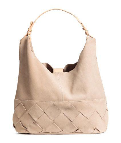 Ljusbeige. PREMIUM QUALITY. En hoboväska i mocka med flätat parti nedtill. Väskan har avtagbart handtag i läder och slejf med magnetlås upptill. Ofodrad.