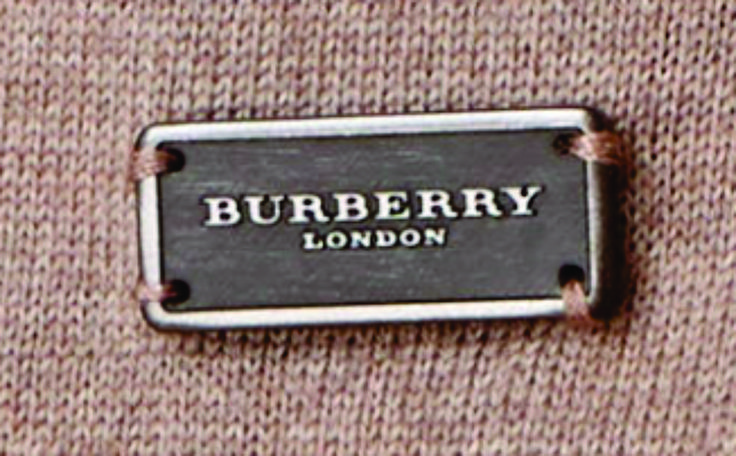 aplique metálico Burberry London.