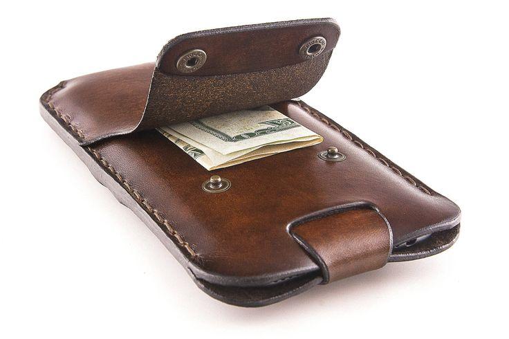 ¡NO HAY PIEZAS DE METAL TOQUEN EL IPHONE! El bolsillo central que sostenga el teléfono está forrado con un cuero de ante suave que protege el iPhone de botones de metal.  La correa de cierre ayuda a tomar tu iPhone de la caja. Tirando de la correa del teléfono se saca!  Esto no es un producto de la máquina de coser, pero un caso de cuero de alta calidad, hecho a la medida. Es cuidadosamente handcrafted en Italia, en el corazón de Trentino, con grano completo italiano cuero curtido vegetal de…