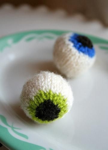 FREE pattern: Gruesome Knitted Eyeballs by Mary Jane Mucklestone perfect for Halloween decoration! Download at LoveKnitting.