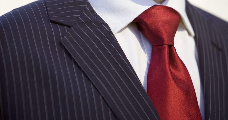 """Exemplos de trajes semi-formais. O tipo de evento que você participa normalmente dita qual roupa você deve usar, desde um estilo formal, casual e, até mesmo, fantasias. O traje semi-formal se refere à roupa """"adequada para uma ocasião de formalidade moderada"""", como um jantar luxuoso, uma festa ou casamento, de acordo com o dicionário online Merriam-Webster."""