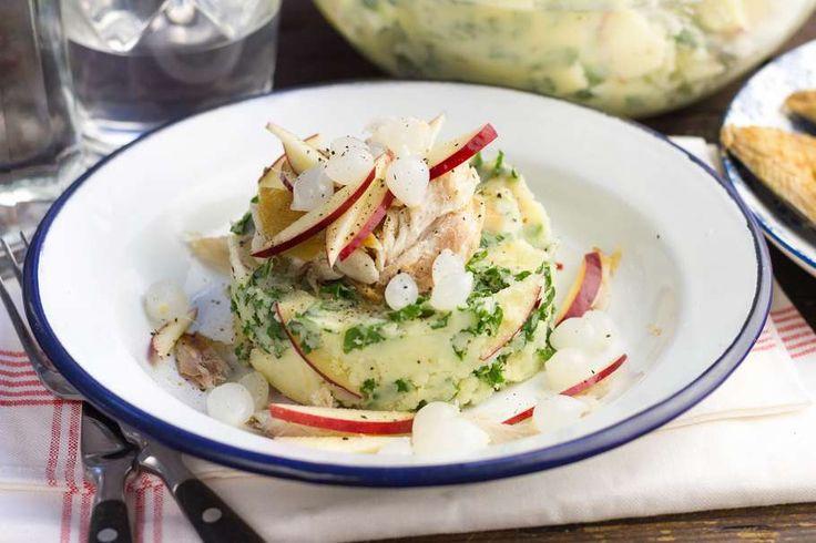 Recept voor boerenkoolstamppot voor 4 personen. Met boter, water, peper, aardappel, boerenkool, appel, gerookte makreel en Amsterdamse ui