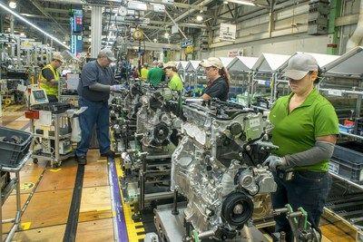 Es eléctrico: Toyota lleva la producción del primer tren motriz híbrido a los Estados Unidos   Una inversión de $373.8 millones en fábricas de los Estados Unidos echará a andar el Highlander híbrido fabricado en Indiana   PLANO Texas Septiembre de 2017 /PRNewswire-/ - Toyota subió la parada para mantenerse como el principal fabricante de vehículos híbridos en todo el mundo con una inversión de $373.8 millones en cinco fábricas norteamericanas que apoyarán la producción de su primer tren…