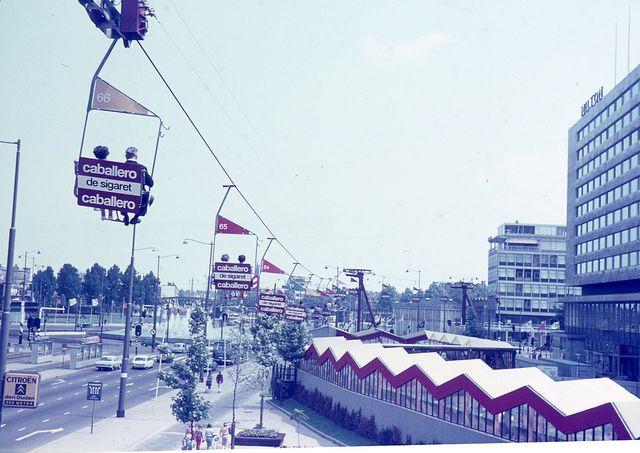 Tijdens de manifestatie C'70 liep er een kabelbaan dwars door de stad zoals hier op het Weena voor het Hiltonhotel.