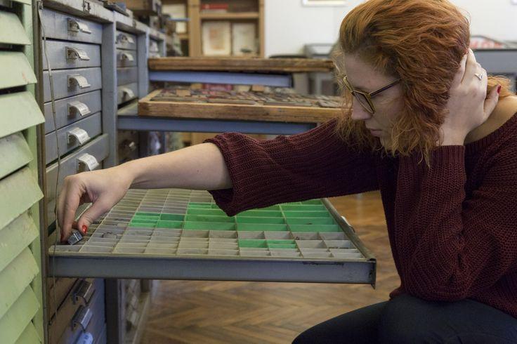 Nyomdamúzeumban jártak Grafikus OKJ képzésünk résztvevői Grafikus OKJ tanfolyamunk résztvevőivel meglátogattuk a vecsési Nyomdamúzeum és Alkotóműhelyt, ahol muzeális nyomdaképekkel ismerkedtünk és ki is próbáltuk azokat a gyakorlatban http://www.topschool.hu/nyomdamuzeumban-jartak-grafikus-okj-kepzesunk-resztvevoi.html #grafikus #okj tanfolyam #kepzes #iskola #nyomda #press #letterpress