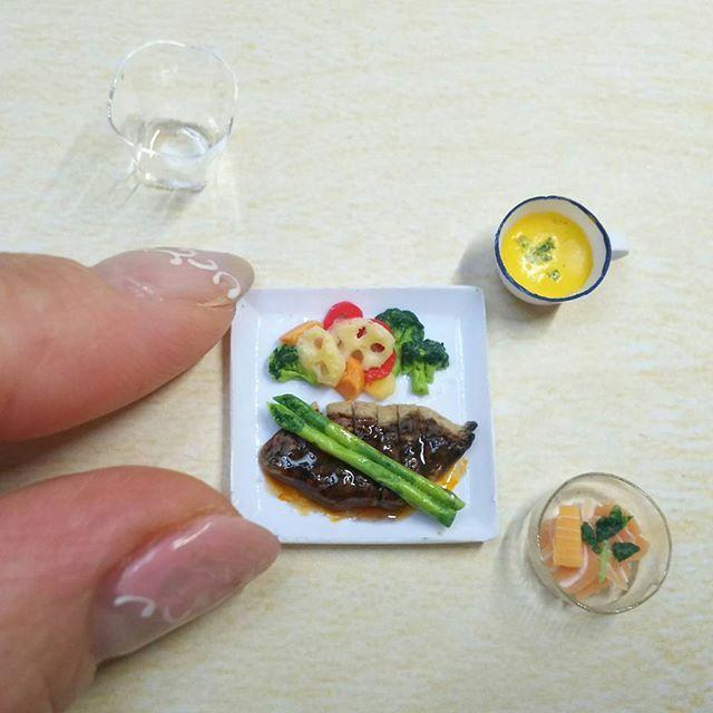 『よそんちのおうちごはん』  初のステーキ👏👏👏 @09raiurpael  ayaさんちの晩ごはんです  お肉が食べたいからって ayaさんちはステーキなのね… 衝撃的で作ってしまいました  @09raiurpael さんちの本物を 見てきてください!びっくり‼  #よそんちのおうちごはん#おうちごはん#ステーキ#赤ワインソース#温野菜サラダ#かぼちゃのポタージュ#れんこん#アスパラ#新玉ねぎ#ソテー#サーモン#ミニチュア#ミニチュアフード#うちは今晩下田の鯵#miniature#miniaturehood#kawaii#steak#beef#vegetable#aspara#pumpkinsoup#pumpkinpotage#salmon#paprika#dinner#Instagram#cookingram
