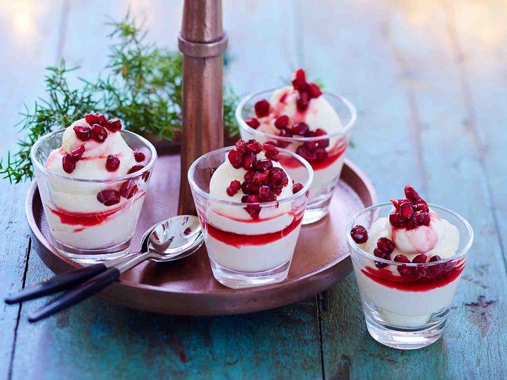 Tee pannacotta turkkilaisesta jogurtista! Granaattiomenasalsa tuo jälkiruokaan väriä ja makua.