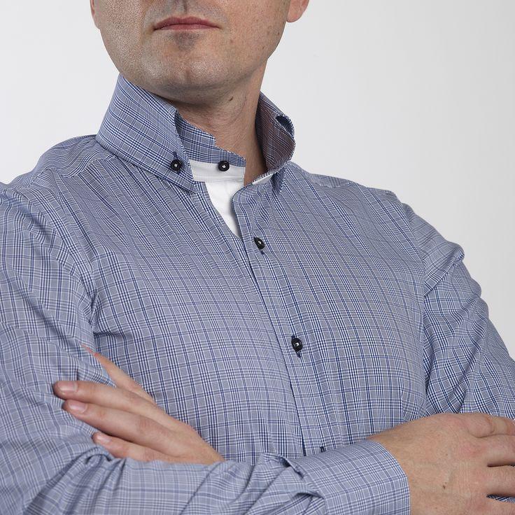 Asortati aceasta camasa cu o pereche de pantaloni casual rosii si un sacou bleumarin cu butoniera de la rever deasemenea rosie, pentru a construi o tinuta cu adevarat interesanta. Este o camasa unicat in ceea ce priveste designul.