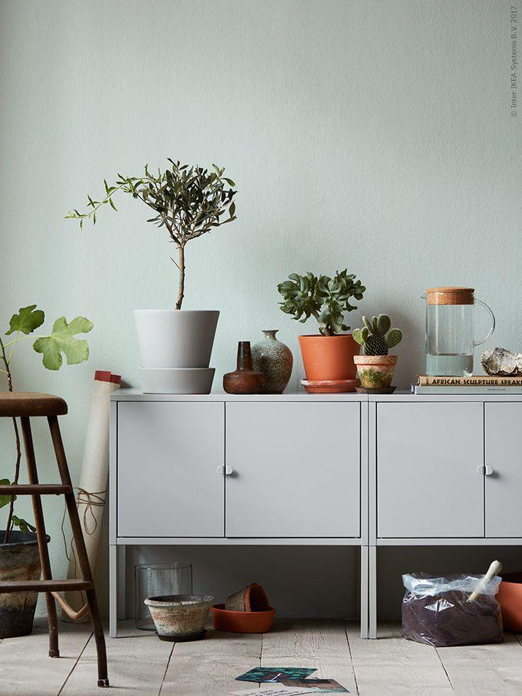 Grau ist auf den ersten Blick oft nicht die aufregendste Farbe. Aber mit der richtigen Deko wird aus einem schlichten Schrank ein besonderer Hingucker (im Bild LIXHULT Schrank aus Metall).
