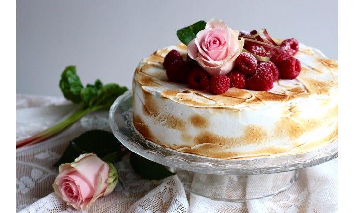 På söndag är det Mors dag - firamamma med en somrig tårta med smak av vanilj, hallon & rabarber.