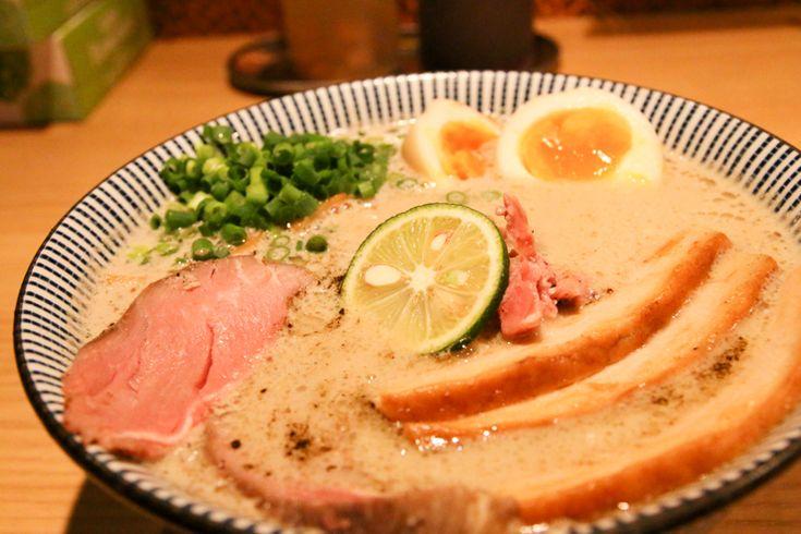 日本人が大好きなグルメの1つ、ラーメン。 ラーメンは、もはや日本の国民食と言っても過言ではないほど日本中で愛されており、ラーメン店の数は全国で35000軒以上、年間消費量3.8億杯、市場規模は5500億円にまで及ぶと言われています。 またラーメンは日本人だけを魅了している訳ではありません。 外国人観光客の間でも日本のラーメンは評価が高く、ホットペッパーが外国人観光客向けに行った「一番美味しかった日本のグルメは?」というアンケートでも、寿司やとんかつなどを抑え、ラーメンが堂々の1位に選ばれたそうです...