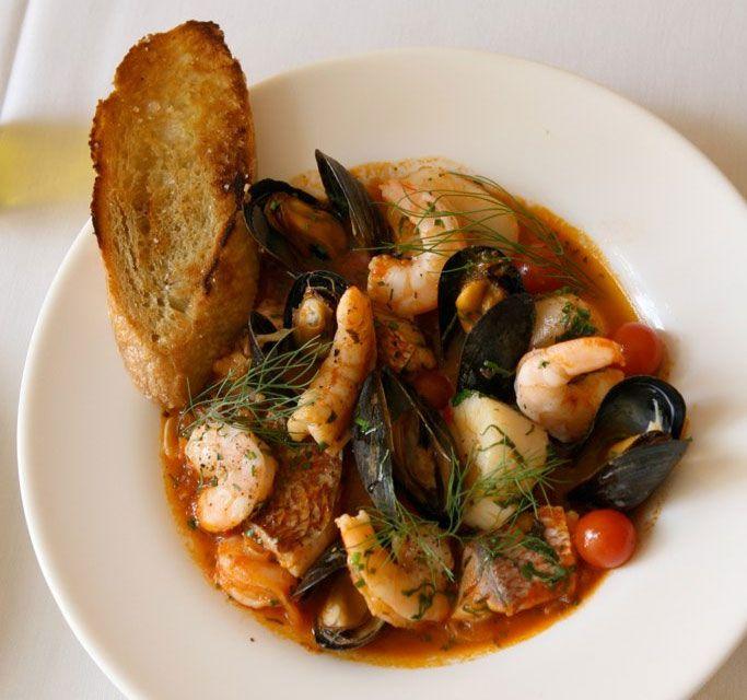 <p>Les origines ducacciucco(soupe de poisson) sont très anciennes : en effet, le plat livournais aurait éte préparé pour la première fois par les phéniciennes. Cette soupe, réalisée avec les poissons les moins chers, était préparée au XVIe siècle dans les galères pour être servie aux rameurs enchaînés.EnToscane, le cacciucco était …</p>