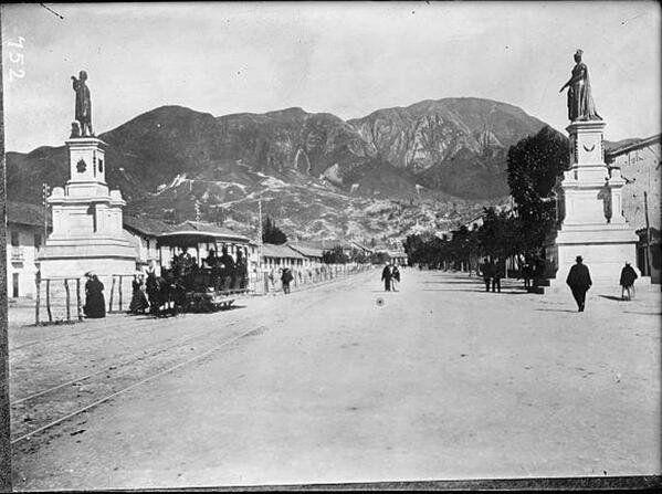 Bogota Antigua _Av Colon - 1906 - Calle 13 con Cra 14(Caracas) -Tranvia de mulas en la ruta Paiba por la Av Colon