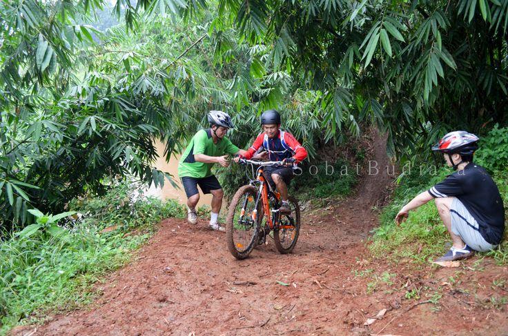 Tetap ceria, tetap keep smile di jalur pipa gas mtb park post by http://www.rare-angon.com