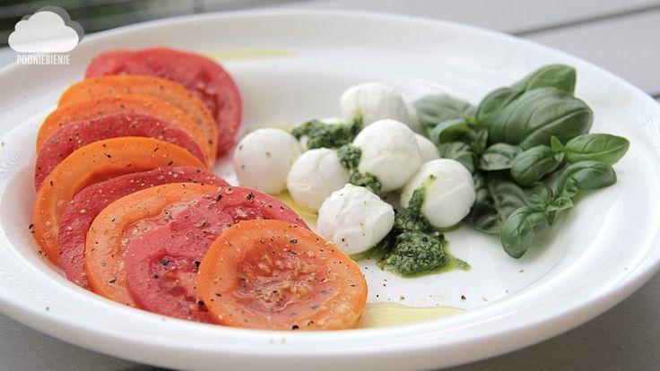 SAŁATKA CAPRESE – W oczekiwaniu na sezon pomidorowy❤️ na blogu przepis na caprese z domowym pesto #pomidor #pomidory #caprese #sałatkacaprese #tomatoes #capresesalad #PodNiebienie #blogkulinarny