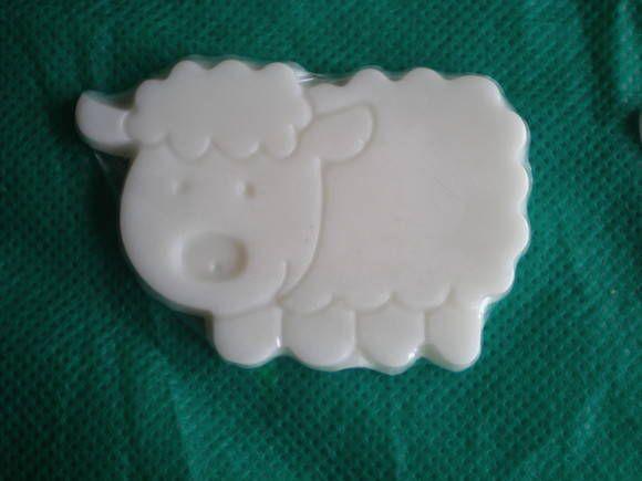 Sabonete de glicerina com formato de ovelhinha para lembrancinhas de maternidade, batizado, chá de bebê    Essências hidrossolúveis específicas para cosméticos (hipoalergênicos)  Ovelhinhas brancas não contém corante.  Não contém fixadores nem conservantes.  Validade 6 meses a partir da data de f...