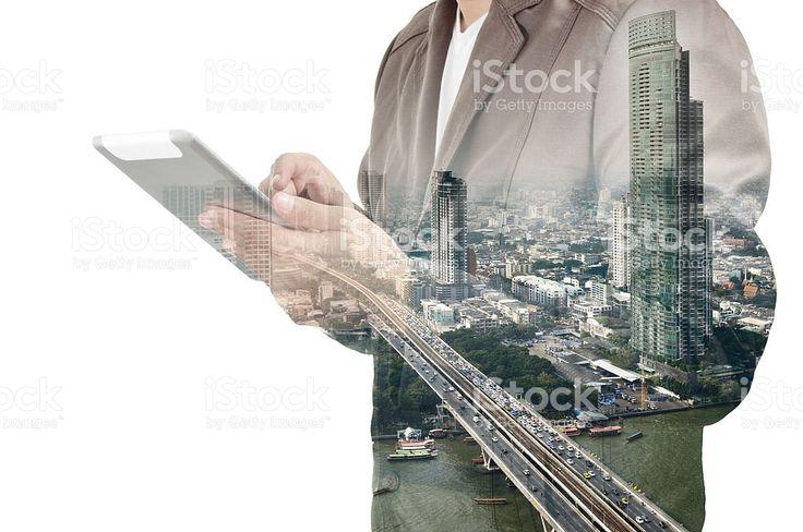 重照射の街並みと実業家のタブレットを使用してデバイス ロイヤリティフリーストックフォト