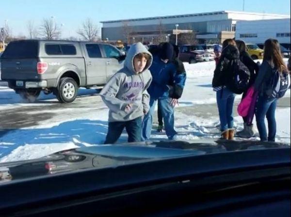 Pogledajte šta je otac snimio pored škole, dok je čekao dijete