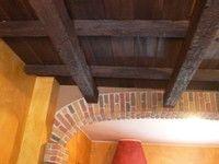 Soffitto in finto legno composto da travi art.TR11, travi art.TR14, tavola art.TV190, tavola art.TV220.