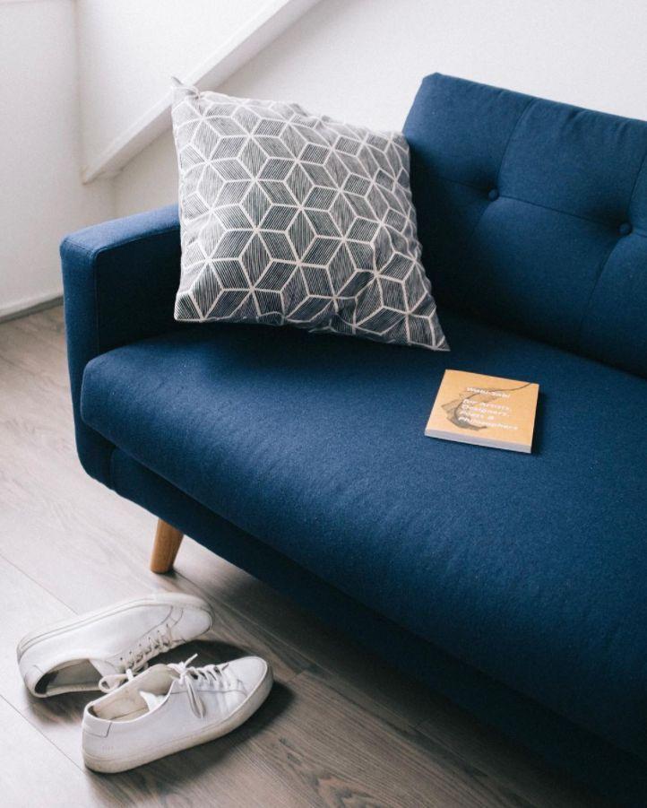 Conrad genießt es im Heim von @ucahalma  #danishdesign #furniture #scandinaviandesign #interiordesign #furnituredesign #nordicinspiration #retrostyle #blue #Sofa