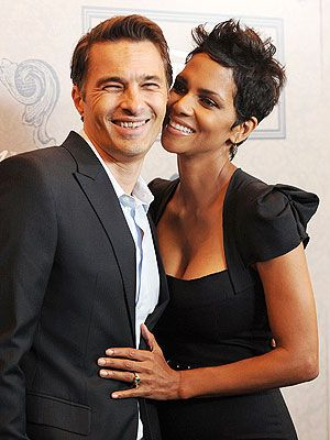 Halle Berry and Olivier Martinez name their son Maceo-Robert. #bGitsaboy Click here to subscribe: www.babyGent.com #bGraisingason