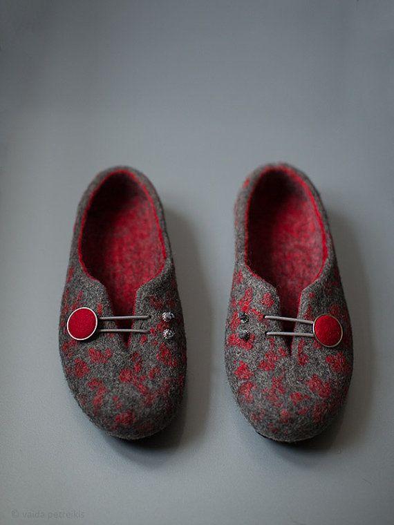 Frauen wolle clogs - Gefilzte Hausschuhe mit Gummi Sohlen - dunkel grau rot Startseite Schuhe - traditionelle Filz wolle Haus Schuhe - Handmade Mothers Day Geschenk - Eco-Mode 100 % handgemacht aus natürlichen organischen dunkel grau Schurwolle und schönen tiefroten wolle. Diese Gefilzte Hausschuhe haben eine originale und funktionale Dekoration handgemacht Filz bedeckt-Schaltfläche. Einfach auf zu nehmen. Original-Design. Zu Hause getragen werden sollen und sie werden auf jeden Fall machen…