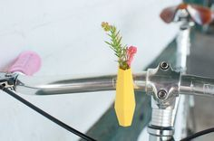 Geometrische Stuur vaas in citroen geel: een vaasje voor op je fiets:)   a yellow Geometric bike planter!