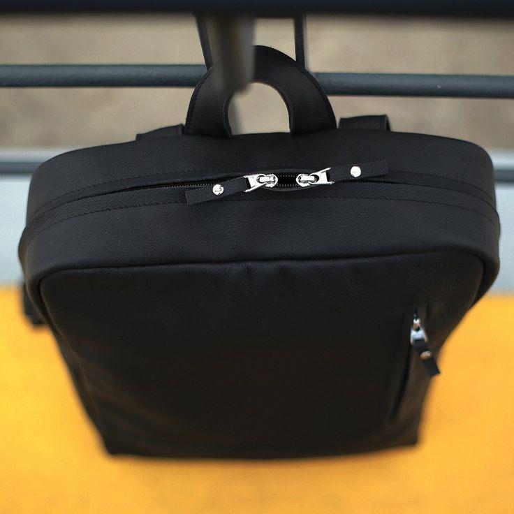 Černý batoh s velkým úložným prostorem vyrobený z pravé kůže. Ručně vyrobený kožený batoh o rozměru 30x40x10 cm. Možnost vlastního loga či nápisu.