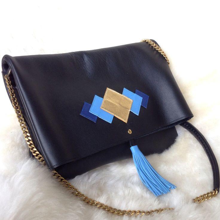 Sac en cuir noir motif graphique / pompon cuir chaine en laiton : Sacs bandoulière par lucky-rosetta