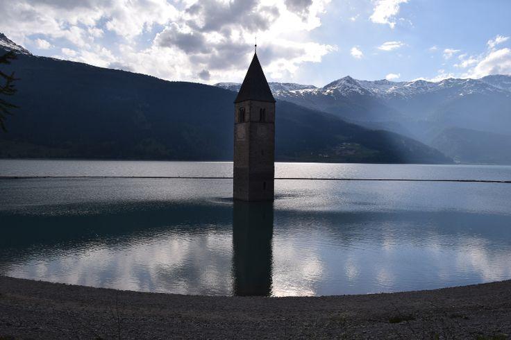 Lago di Resia - Il campanile sommerso | territoridascoprire  È il lago più grande dell'Alto Adige, in Val Venosta. Famoso per il suo  campanile sommerso è meta turistica per appassionati di pesca , escursionismo, mountain bike, kitesurf e fotografia.  #altoadige #lagodiresia #viaggi #fotografia #territoridascoprire