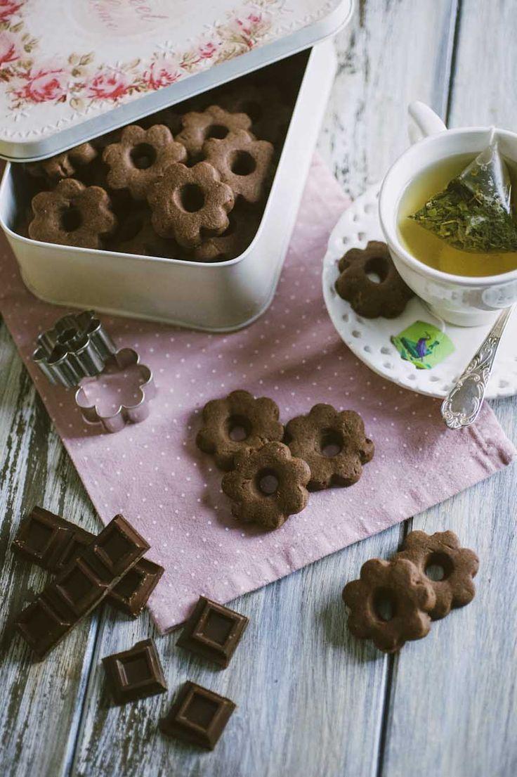 I canestrelli al cioccolato si riconoscono all'istante per la bella forma a fiore e la consistenza friabile e delicata. Non farteli sfuggire!