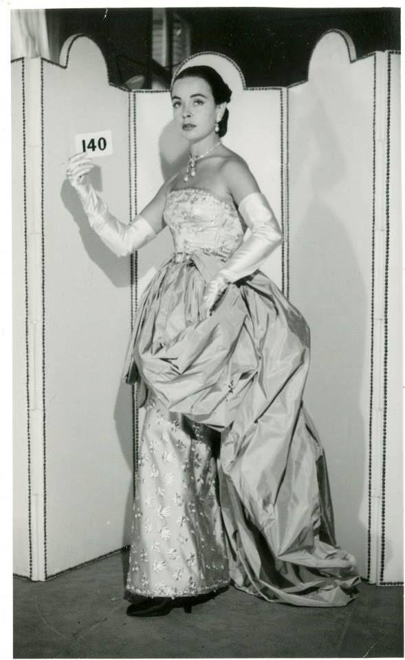 The art of Balenciaga Cristóbal Balenciaga París, 1951 Vestido largo, con escote palabra de honor realizado en tul de algodón gris sobre tejido de raso de rayón beis, con decoración floral bordada en hilo metálico. Sobrefalda en tejido de tafetán de seda azul verdoso.