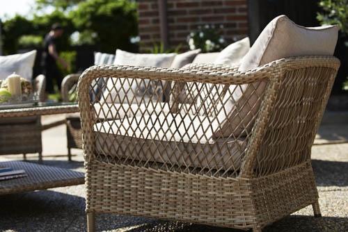 Maple – Soffgrupp med naturfärgad glesflätad konstrotting på rejäl stålstomme. Brunbeige dyna. Utemöbler, trädgårdsmöbler, Outdoor furniture.