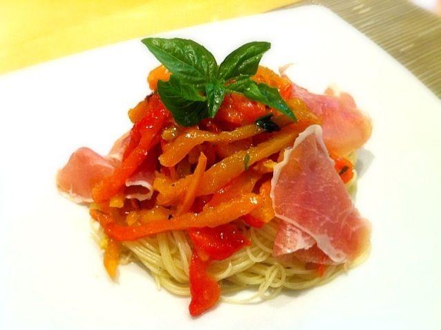 母が『ペペロナータ』イタリアのおしゃれな前菜を作ってくれたので、パスタにしてみました。とっても美味しい〜。生ハムがアクセントになってサイコー(^o^) ちなみに、パプリカは家の畑で採れたもの。 - 2件のもぐもぐ - パプリカの冷製パスタ by yukikomaeda