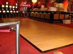 Een houten dansvloer huren doet u natuurlijk bij Leeborent: dé partner op het gebied van evenementenverhuur! Uw dansfeest wordt nog spectaculairder met een houten dansvloer. Een houten dansvloer huren doet u voor de presentatie van nieuwe producten, een catwalk, modeshow of feest. De mogelijkheden zijn eindeloos. De houten dansvloer kan bovendien worden afgewerkt met een rand, waardoor deze rolstoelvriendelijk wordt en voor iedereen bereikbaar.