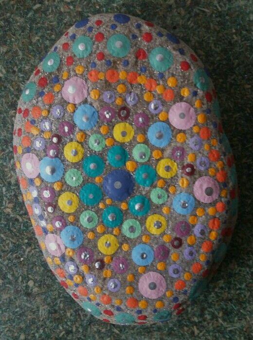 piedra pintada en en puntillismo