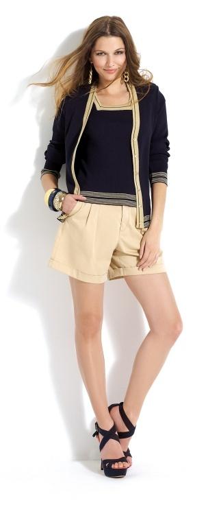 #Shorts beige con #pullover azul marino y jersey a juego.