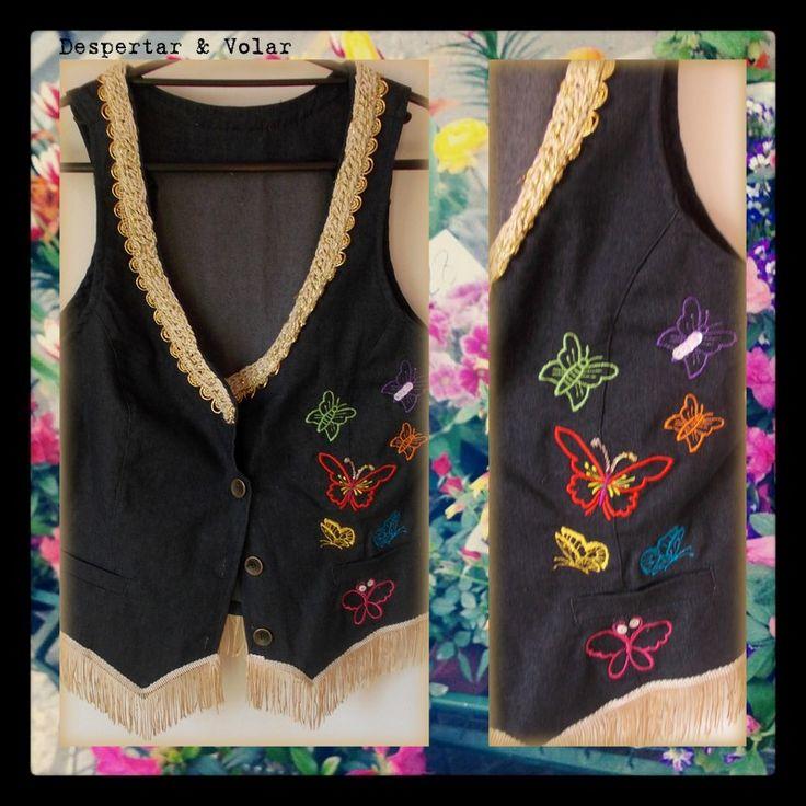 chaleco de jean con mariposas bordadas en hilos, detalles en lentejuelas, cuello tejido al crochet, y terminación de flecos