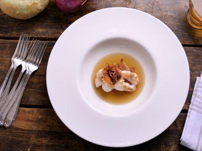 Receta | Chipirones con sopa de cebolla tostada (chipirones encebollados) - canalcocina.es