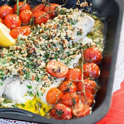 sej med pesto-nødde topping og tomater