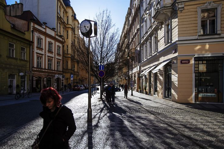 Ulice labužníků. Staroměstské náměstí na dohled, přesto se do Dlouhé nehrnou davy turistů. Oblíbili si ji Pražané, kteří se zájmem sledují, co nového se zde zase otevřelo.