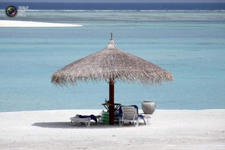 Песчаный пляж на острове Олхувели на Мальдивах. (REUTERS/Charles Platiau)