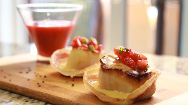Gaspacho de fraises et duo de pétoncles. Recette réalisée par Sylvie et Charléric de la deuxième saison de Ça va chauffer!