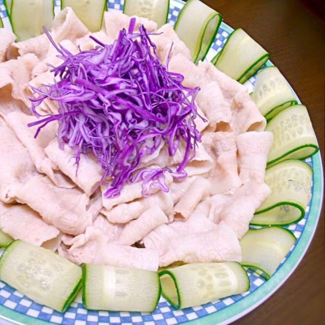 雲白肉!!(ウンパイロー)  立派な名前がついてるのだけど 片栗粉を付けた茹で豚\(•ㅂ•)/ 料理が面倒くさい時に 手抜きで見栄えするありがたい一品(笑) にんにくと醤油のソースでっ♪ - 42件のもぐもぐ - boiled pork with garlic sauce!! by 和田 匠生