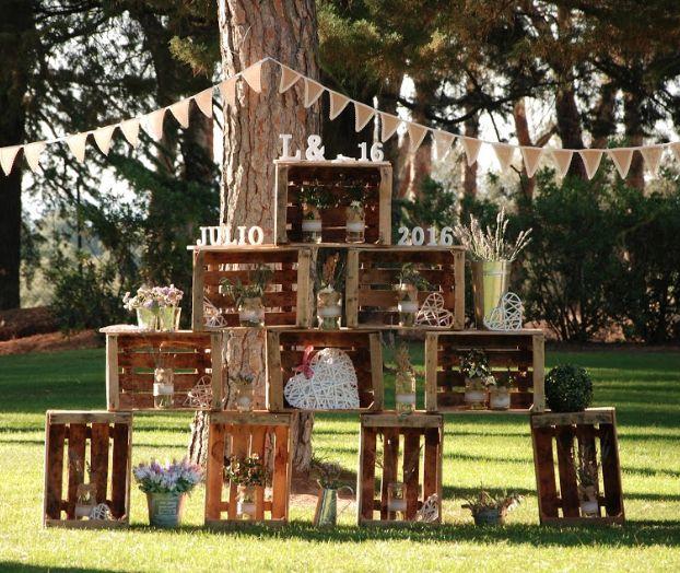 Boda de V&L en Pabellón de Caza, situada en Soto de Viñuelas: Carteles con mensajes bonitos, manteles en tonos vivos, y detalles florales.