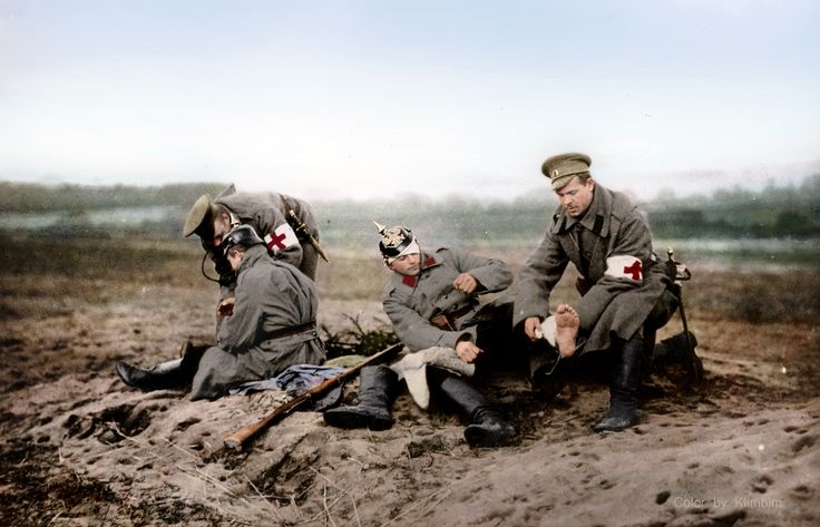 Alrededor del año 1915: el personal de la Cruz Roja atendiendo a los soldados…