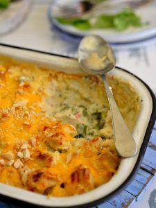 6 porsies Bestanddele 1 kop broccoli, in blommetjies gebreek 6 hoenderborsies, gaar en in blokkies gesny Sous 30 ml (2 e) botter 30 ml (2 e) koekmeel 250 ml (1 k) volroommelk 2 ml sout knypie peper 250 ml (1 k) room 60 ml (4 e) soetrissieblatjang 250 ml (1 k) cheddarkaas, gerasper 60 ml (4 e) kasjoeneute, gekap Stel oond op 180 °C. Plaas broccoliblommetjies in glasbak met 10ml (2 t) water. Bedek met kleefplastiek en mikrogolf op hoog vir vier minute. Laat bietjie afkoel en trek kleefplastiek…