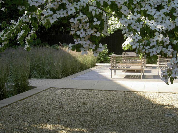 moderne-gartengestaltung-steinen-kieselsteine-graeser-sitzbaenke - vorgartengestaltung mit steinen und grasern