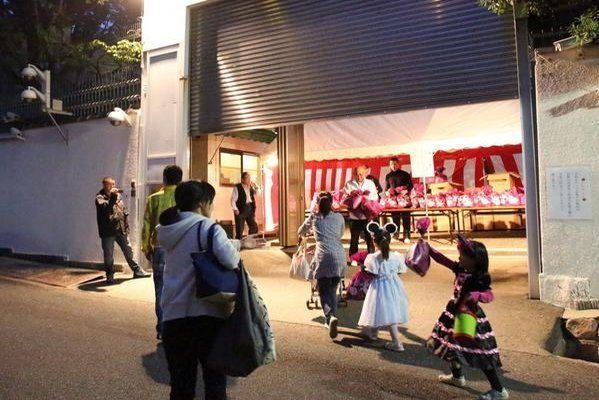 Japanese Gangsters Give Out Halloween Candy To Kids - japanCRUSH